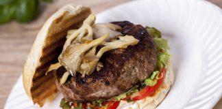 Hambúrguer recheado com camembert e cogumelos