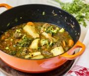 Ensopado de carne, legumes e mandioca