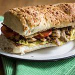 Sanduíche de frango com abacate e bacon