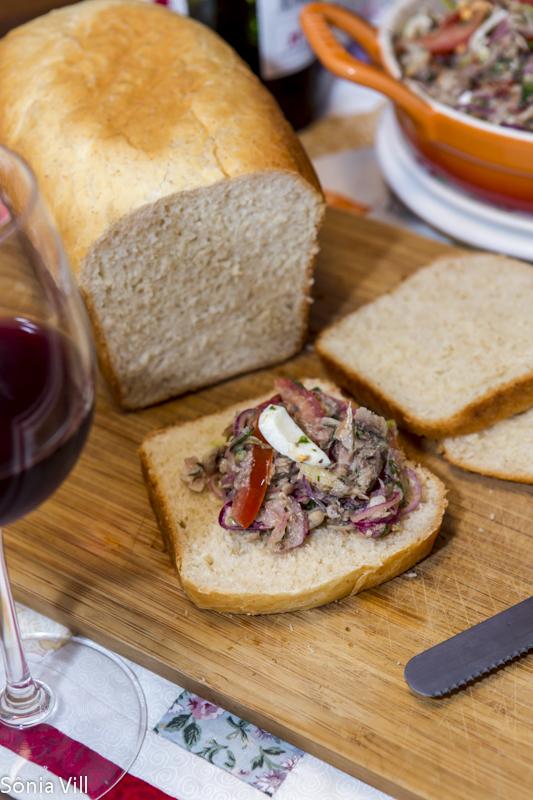 salada sardinha e pão