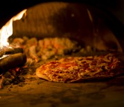 Pizza artesanal em forno a lenha