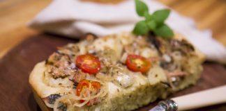 Focaccia tomate cebola sardinha