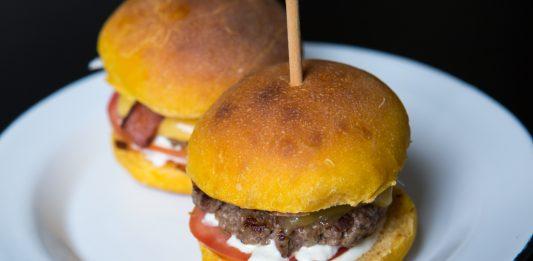 Hambúrguer caseiro em pão de a´bobora