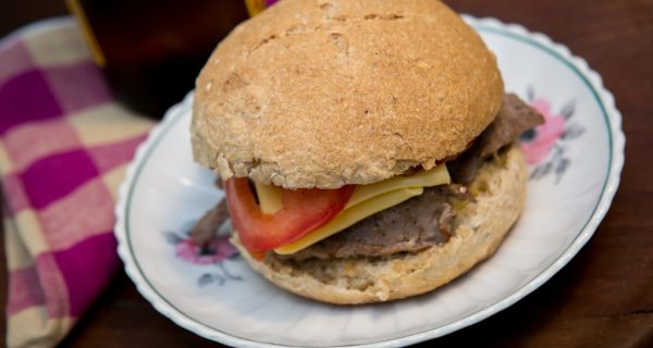 Sanduíche de pão de aveia e bifes paillard