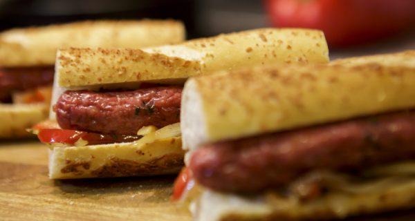 Sanduíche de pão com linguiça (quando menos é muito mais)