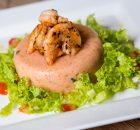 Mousse de tomate com camarões flambados