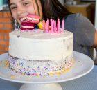 Bolo de aniversário colorido com pão de ló básico