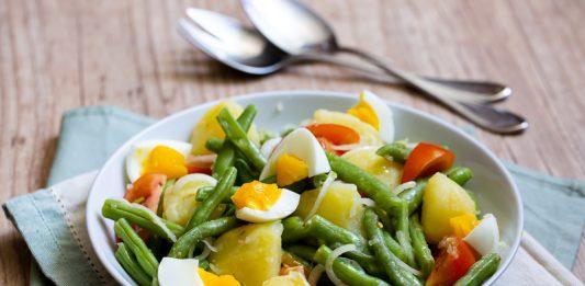 Salada de vagem com batata, cebola, tomate e ovo