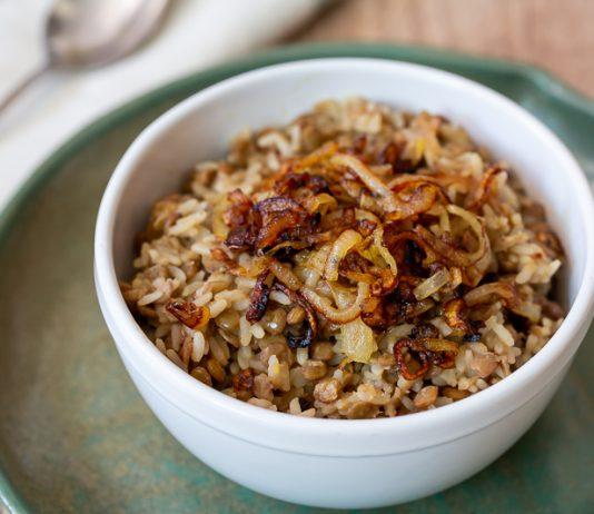 Mjadra, arroz com lentilha e cebola