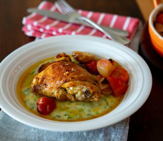 Sobrecoxa de frango assada com legumes e polenta