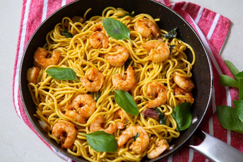 Spaghetti com camarão e manjericão